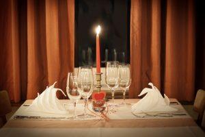 foto di tavolo per due come una delle idee di marketing per san valentino