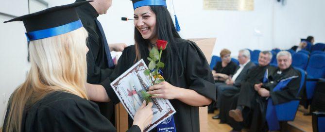 foto di ragazza durante la laurea per Ecco perché NON ti serve un certificato per gestire un ristorante