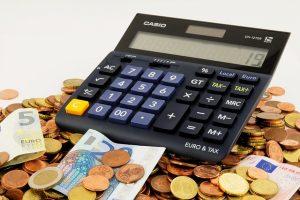 foto di calcolatrice e soldi per capire pagare meno tasse
