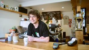 foto di cameriere allegro ecco cuoco che pensa Come selezionare il personale del tuo ristorante