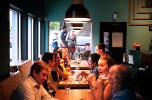 foto di ristorante affollato in una Giornata tipo di un ristoratore