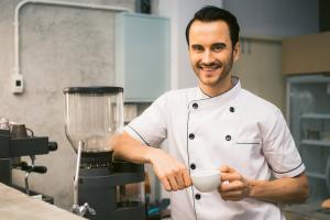foto di cuoco che pensa cuoco che pensa Come selezionare il personale del tuo ristorante