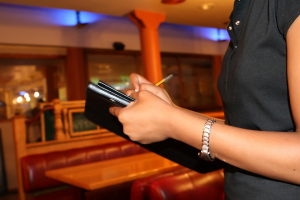 cameriera che prende ordini nella Giornata tipo di un ristoratore