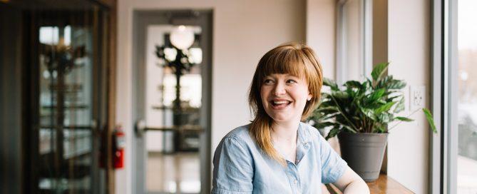 foto di donna felice che sa come aprire un ristorante