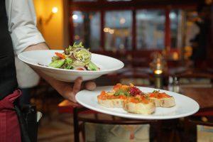 foto di cameriere in azione come ottenere di più nel tuo ristorante