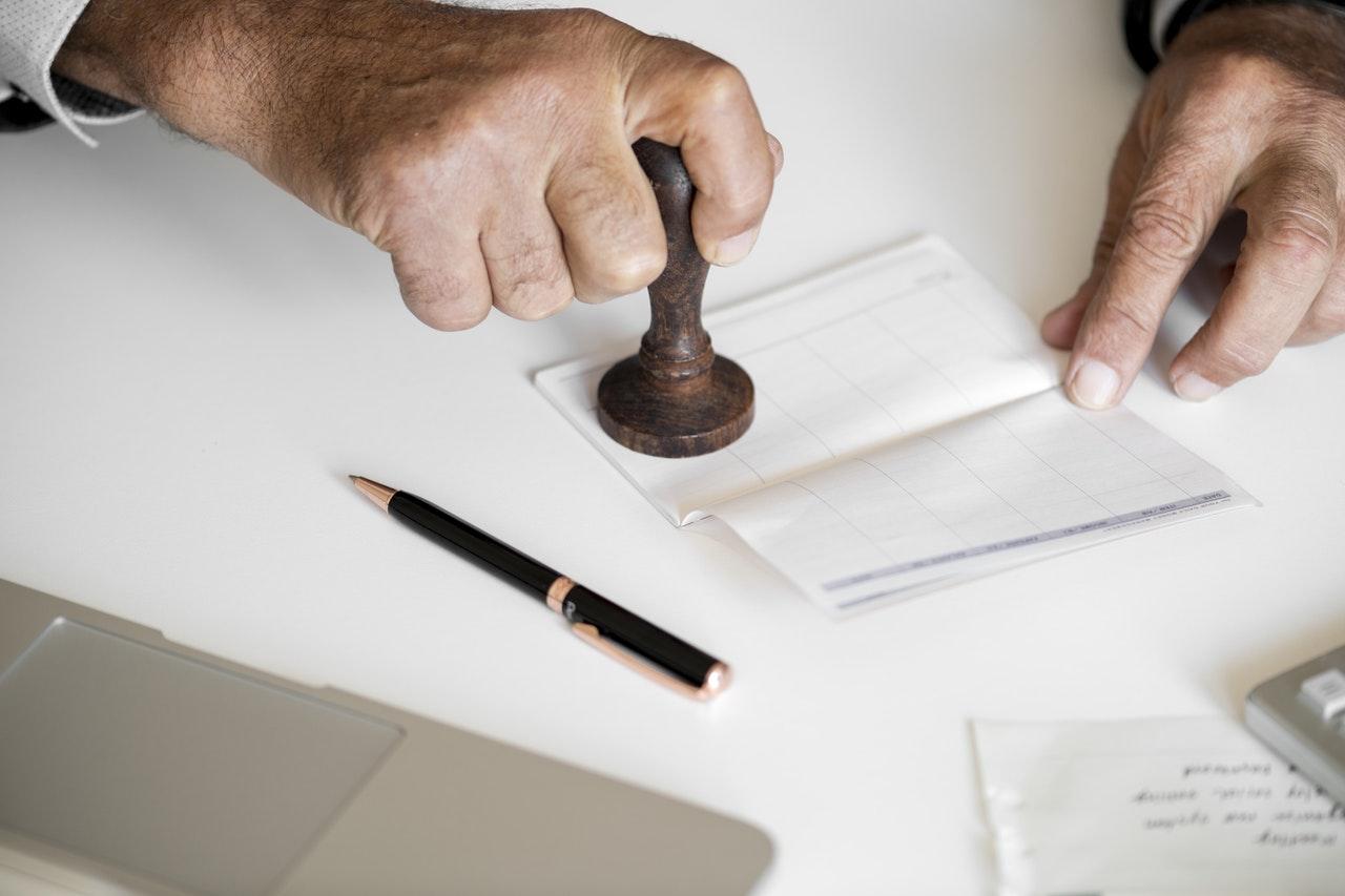 foto di mano con timbro per la contabilità di un ristorante