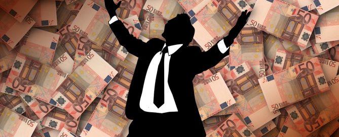 foto di uomo felice pagare meno tasse