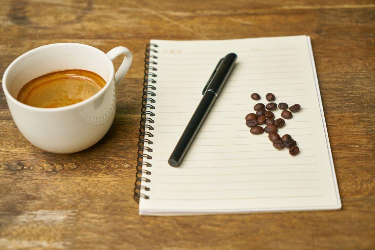 foto di quaderno e caffè per esemplificare sostituzione del personale