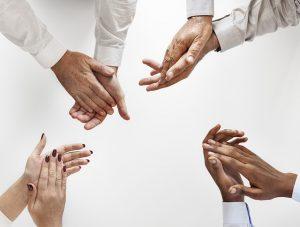 foto di mani che applaudono per migliorare il lavoro di squadra