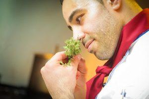 foto di chef al ristorante che pensa alla sostituzione del personale