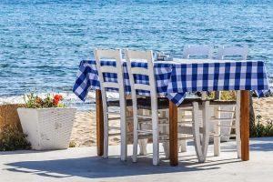 foto di tavolo del ristorante al mare di un ristoratore di successo